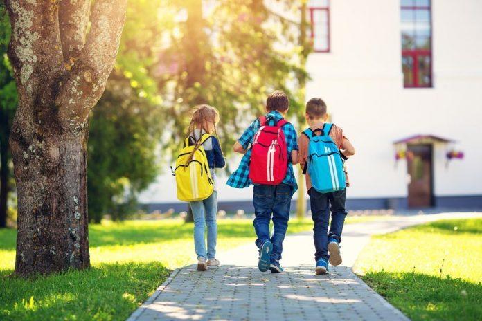 Bambini che camminano per andare a scuola (immagine da repertorio shutterstock)