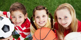 Bambini con palle da gioco in mano (foto di repertorio)