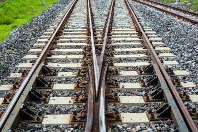Binari del treno (foto di repertorio Shutterstock.com)