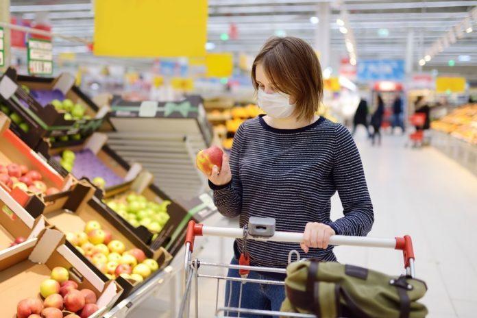 Una donna al supermercato indossa la mascherina (foto di repertorio Shutterstock.com)