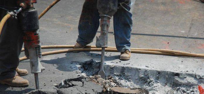 Operaio con martello pneumatico (foto di repertorio)