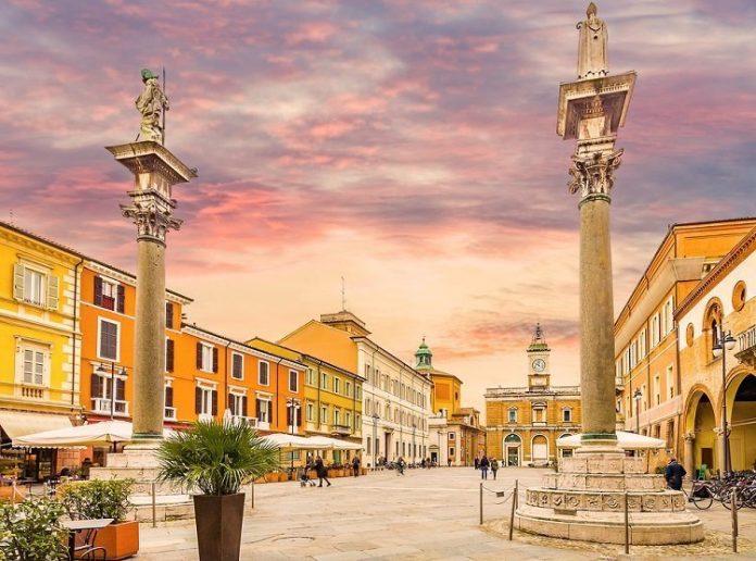 Piazza del Popolo al tramonto (foto Shutterstock.com)