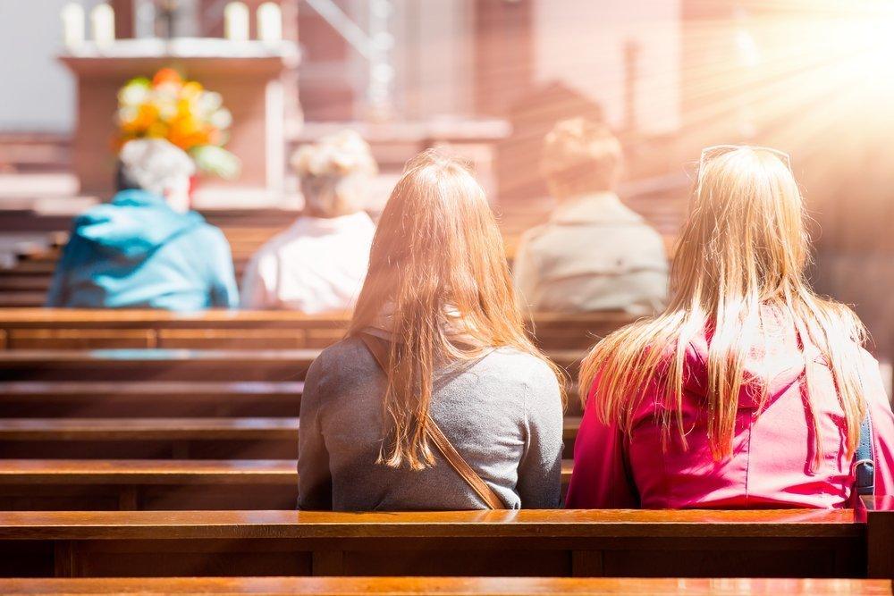 Persone in chiesa (foto di repertorio)
