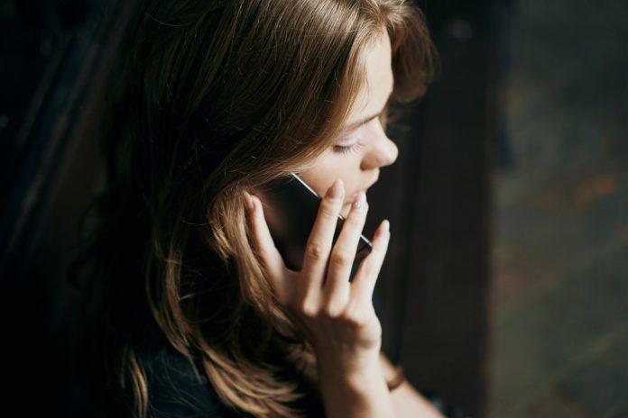 Una ragazza parla al cellulare (foto di repertorio Shutterstock.com)
