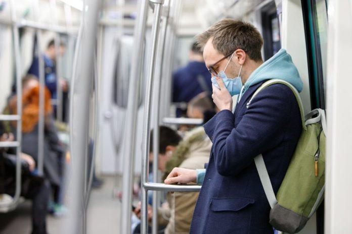 Ragazzo indossa la mascherina su un mezzo pubblico (foto di repertorio Shutterstock.com)