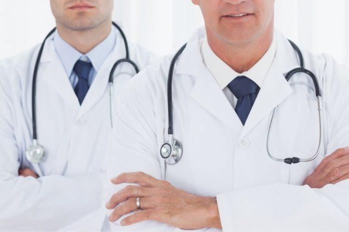 Medici con le braccia incrociate (foto di repertorio)