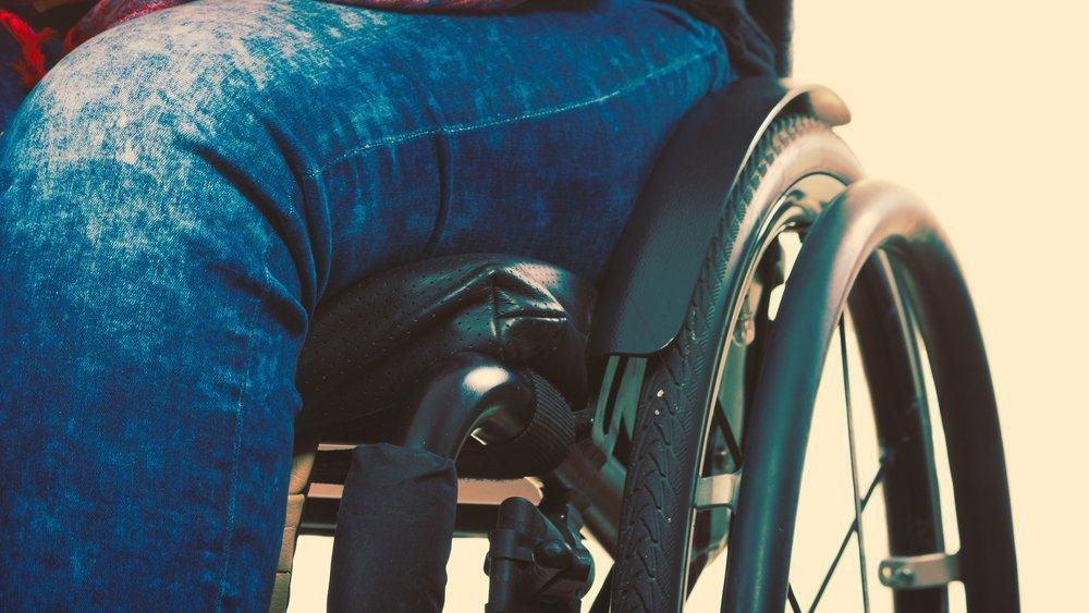 Uomo sulla seda a rotelle (foto di repertorio)
