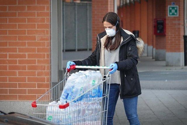 Una donna fa la spesa indossando la mascherina (foto di repertorio Shutterstock.com)