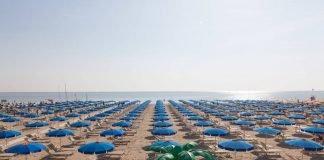 Ombrelloni in spiaggia (foto di repertorio)