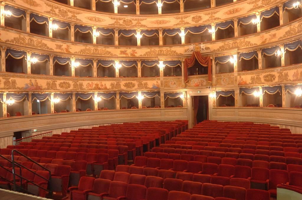 Interno del teatro Alighieri (foto di repertorio)