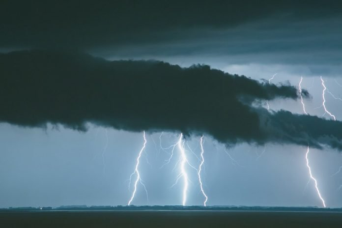 Cielo nuvoloso con fulmini (foto di repertorio)