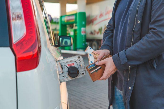 Un uomo fa benzina (foto di repertorio Shutterstock.com)