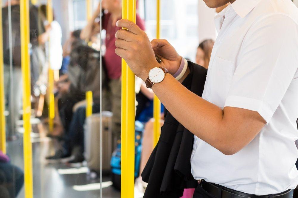 Un uomo all'interno di un autobus (foto di repertorio)