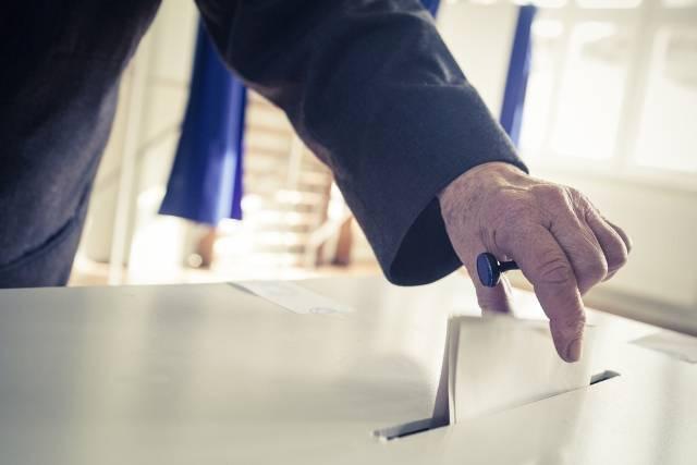 Uomo al voto (foto di repertorio shutterstock)