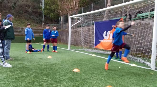 Bambini giocano a calcio (foto di repertorio)