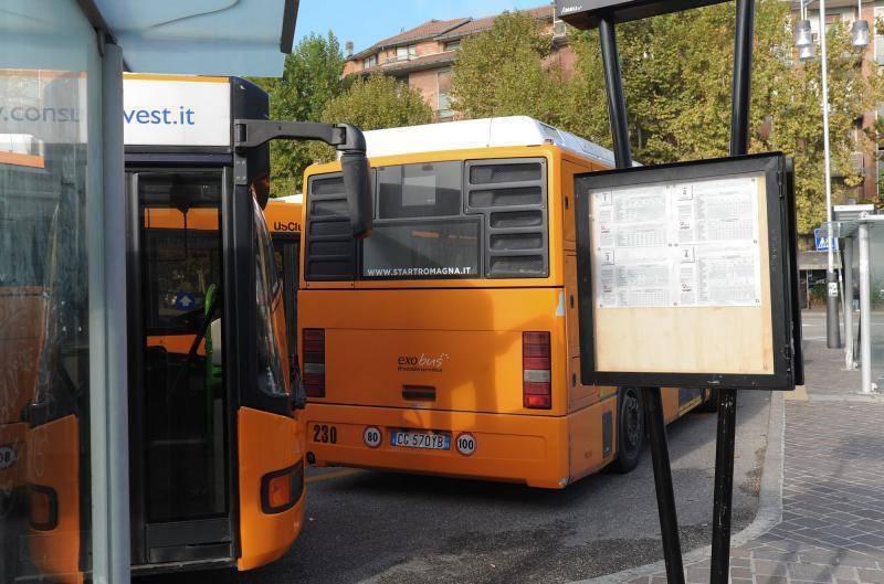 Fermata degli autobus (foto di repertorio)