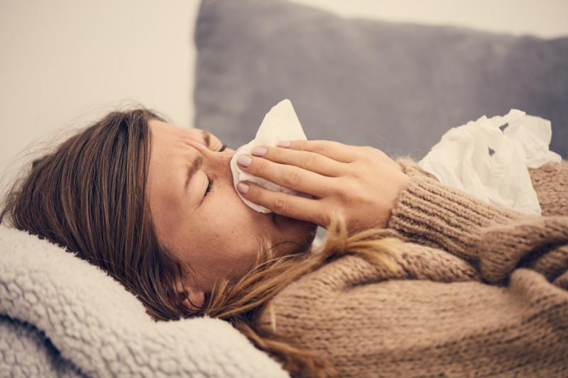 Una ragazza con l'influenza (foto di repertorio)