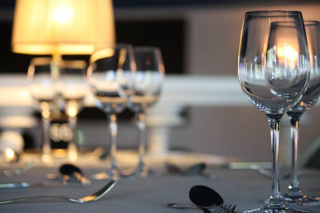 Bicchieri a tavola (foto di repertorio)