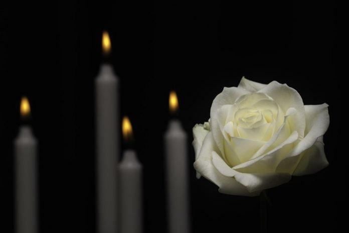Candele e una rosa bianche (foto di repertorio)