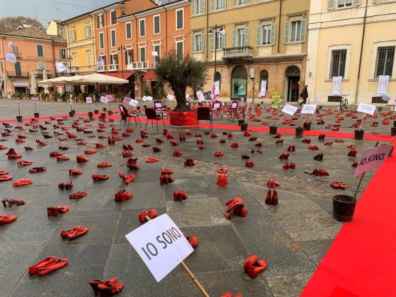 piazza del popolo scarpe rosse contro la violenza sulle donne ravenna24ore it piazza del popolo scarpe rosse contro