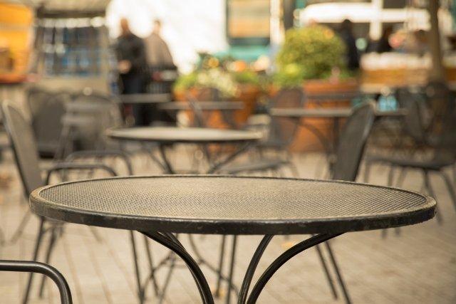 Tavolini all'aperto (Foto di repertorio shutterstock)