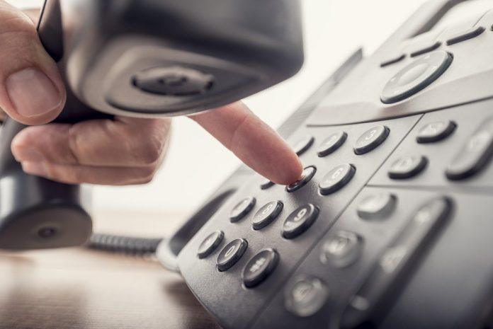 Uomo che telefona (immagine di repertorio shutterstock)