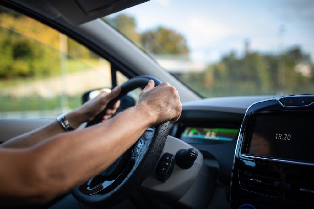 Uomo mentre guida (foto di repertorio shutterstock)