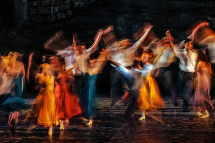Ballerini danzano sul palco di un teatro (foto di repertorio)