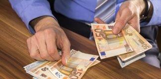 Un uomo conta del denaro contante (foto di repertorio)