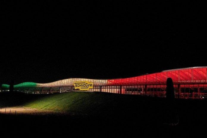 Lo stabile Technogym illuminato col tricolore