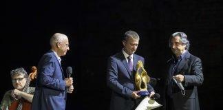 Riccardo Muti consegna il Premio Ravenna Festival 2020 a Gabriel Zuchtriegel (foto Zani-Casadio)