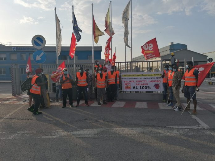 I lavoratori in sciopero davanti a Marcegaglia