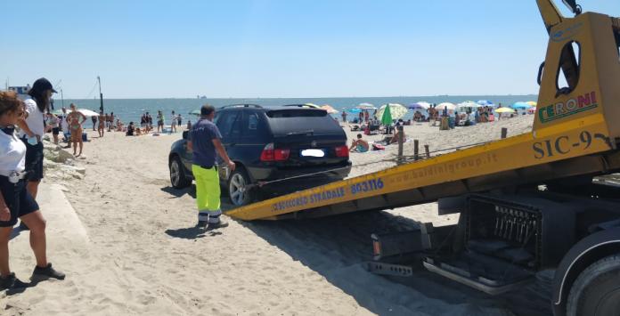 Il carro attrezzi durante la rimozione sul suv dalla spiaggia