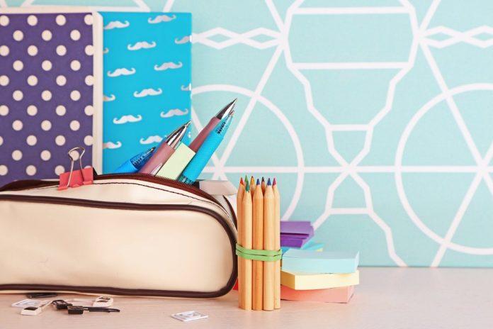 Un astuccio con penne, matite e articoli di cancelleria (foto di repertorio shutterstock)
