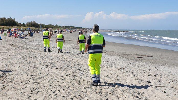 I volontari dell'associazione Rc Mistral Protezione Civile di Ravenna durante i controlli nelle spiagge