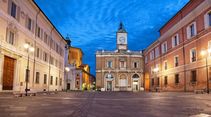 Piazza del Popolo di notte (foto di repertorio shutterstock)