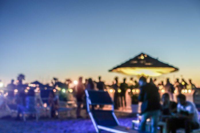 Festa al tramonto in spiaggia (foto di repertorio)