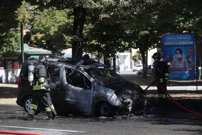 I Vigili del fuoco vicino all'auto andata a fuoco