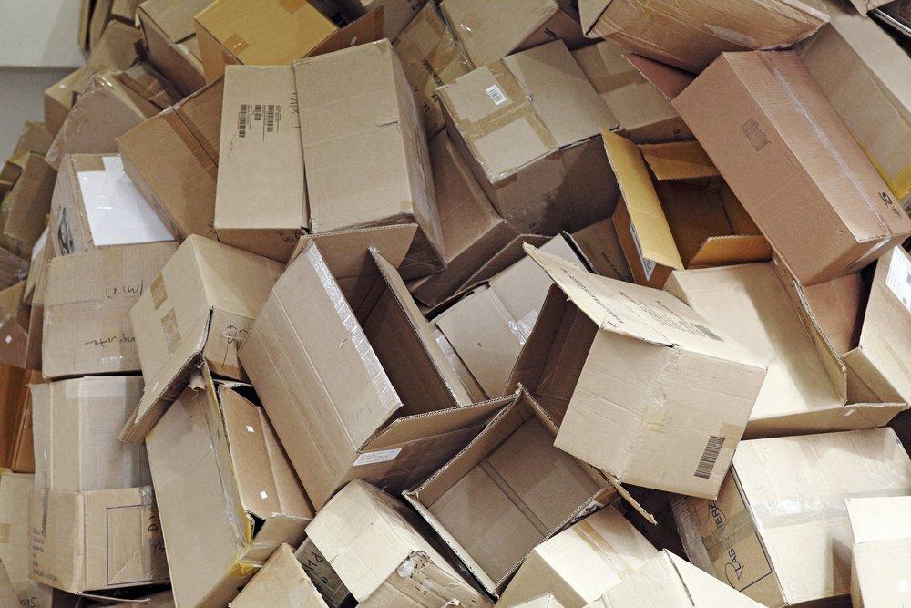Scatole di cartone ammassate (foto di repertorio shutterstock)