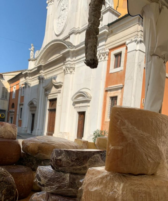 Formaggi e salumi in piazza Duomo a Ravenna