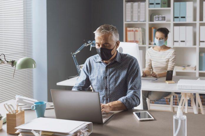 Lavoratori in ufficio con la mascherina (foto di repertorio)