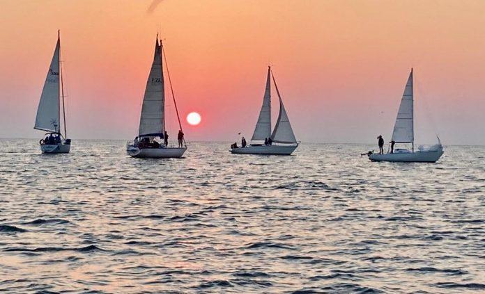 Alcune barche durante la Levata all'alba 2020 a Cervia