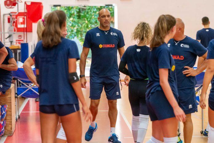 Coach Simone Bendandi e alcune giocatrici della Conad Olimpia Teodora (foto Daniele Ricci)