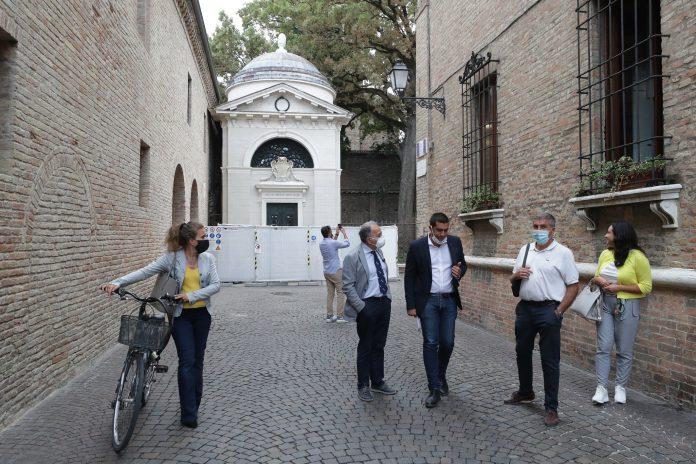Il sindaco Michele de Pascale e il prefetto Enrico Caterino durante il sopralluogo alla Tomba di Dante e Quadrarco di Braccioforte