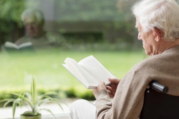 Un anziano legge un libro (foto di repertorio Shutterstock.com)