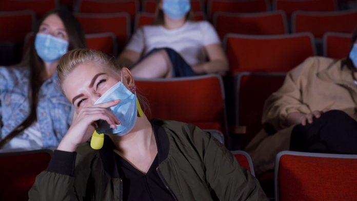 Mascherine al cinema (foto di repertorio)
