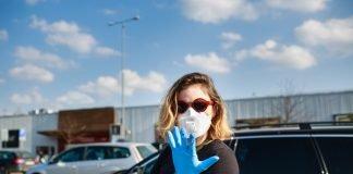 Una donna indossa guanti e mascherina 8foto di repertorio Shutterstock.com)