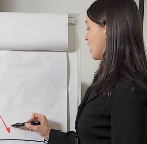 Una donna mentre disegna un grafico (foto di repertorio)