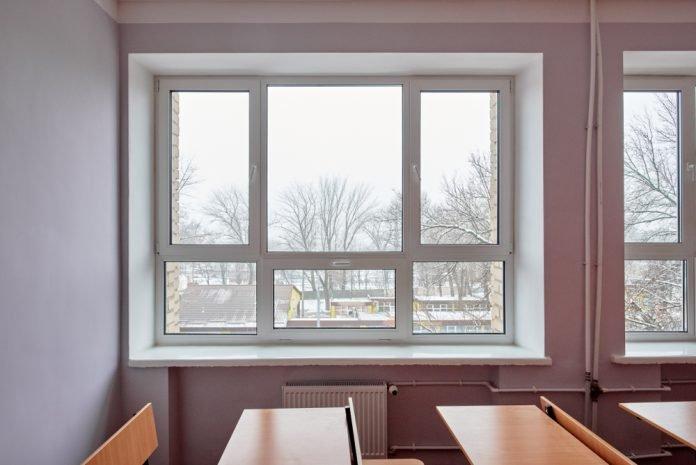 Una finestra in una classe (Foto di repertorio shutterstock)