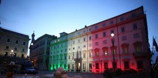 Palazzo Chigi a Roma illuminato con la bandiera tricolore (foto di repertorio)